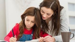 Compiti a casa, è sbagliato aiutare i figli