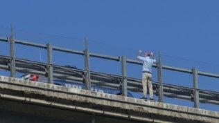 Omicidio-suicidio su A14, autopsia: la moglie spinta giù dal balcone