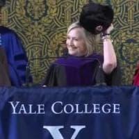 """""""Se non puoi batterli, unisciti a loro"""": Hillary sfoggia un colbacco alla cerimonia di..."""