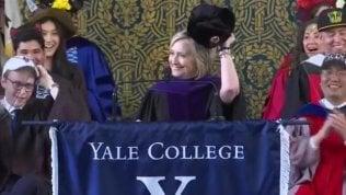 Se non puoi batterli, unisciti a loro: Hillary sfoggia un colbacco alla cerimonia di laurea di Yale