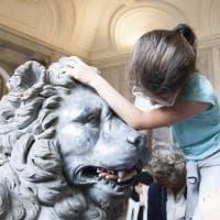 I musei Vaticani visti con il tatto: la visita dei bambini ipovedenti