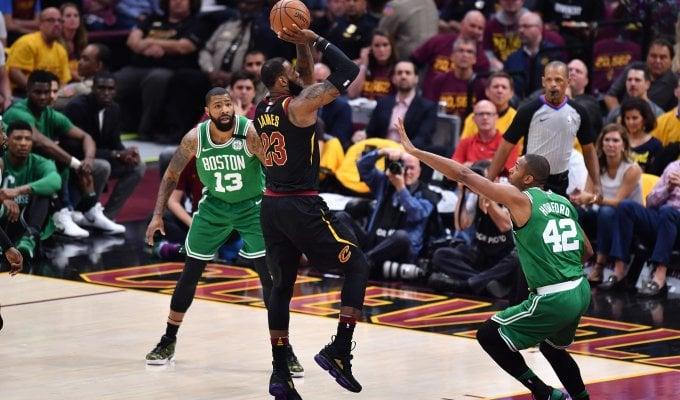 Basket, playoff Nba: LeBron straripante, fa un nuovo record e stende Boston