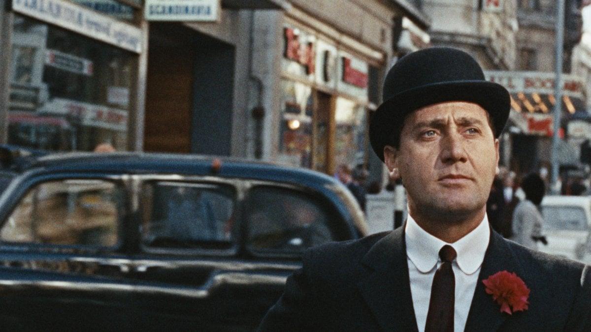 Fumo di Londra', Sordi con bombetta e ombrello nella Swinging ...