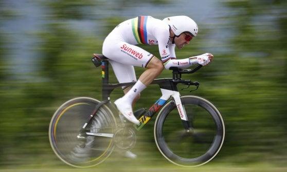 Ciclismo, Giro d'Italia: nella crono vinta da Dennis debutta il Var: Aru penalizzato di 20''