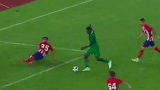 Cinque finte per un gol:il difensore sempre a vuoto