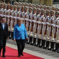 Merkel a Pechino per disinnescare la grana dazi. Ma sull'Iran è fronte