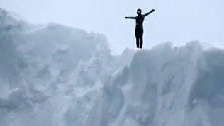Impressionante tuffo nel gelo:si lancia da iceberg alto 20 metri