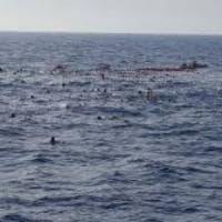 Migranti, ancora salvataggi contesi tra le Ong e i libici. Decine di persone si gettano in...