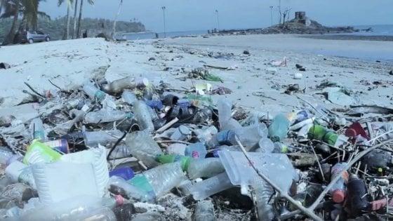 Spiagge di plastica, ogni passo quattro rifiuti
