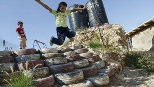 Israele ordina la demolizionedella 'Scuola di gomme' che si sposta insieme ai nomadi beduini