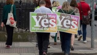 """L'Irlanda al voto sull'aborto, assalto al seggio degli espatriati: """"Torniamo per votare sì all'abrogazione"""""""