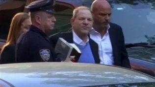 """Weinstein si consegna alla polizia: """"Accusato di stupro"""" video / live tv"""
