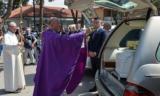 Tragedia del viadotto, a Pescara folla in lacrime ai funerali di Marina Angrilli e della figlia Ludovica