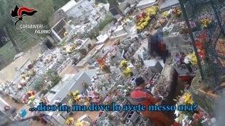 Svuotavano le tombee le rivendevano: cinque arresti per il 'cimitero degli orrori'