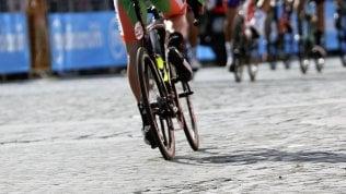 Le buche di Roma fermano anche il Giro: I corridori protestano, tappa neutralizzata.Video Tensione con manifestanti anti Israele