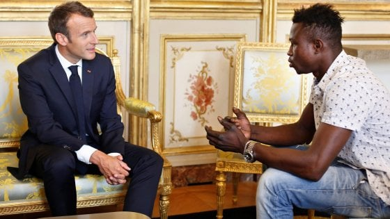 """Francia, Macron dà la cittadinanza allo """"Spiderman"""" sans papiers che ha salvato il bambino"""