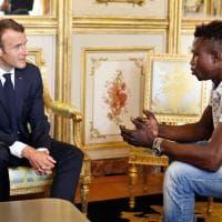 Francia, cittadinanza per il migrante eroe che ha salvato il bambino: l'incontro con Macron