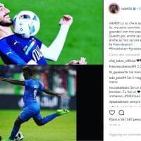 Nazionale, Balotelli dedica il primo gol dell'era Mancini ad Astori. E si scaglia contro uno striscione razzista...