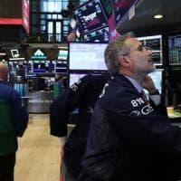 Il nuovo governo rassicura il mercato, spread in calo. Piazza Affari vola con le banche