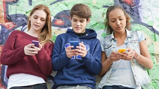 Facebook, crollo fra gli adolescenti: lo usa solo la metà