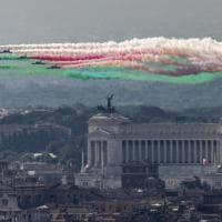 Festa della Repubblica, le Frecce tricolori tingono il cielo di Roma: spettacolo sopra la città eterna