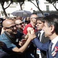 Festa della Repubblica, prima uscita ufficiale del nuovo Governo. Bagno di folla per Conte, Di Maio e Salvini sorridenti in tribuna