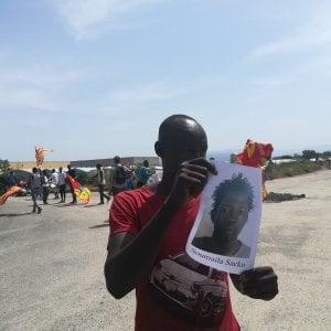 """""""Giustizia per Soumayla"""", la rabbia dei migranti nella piana di Gioia Tauro"""