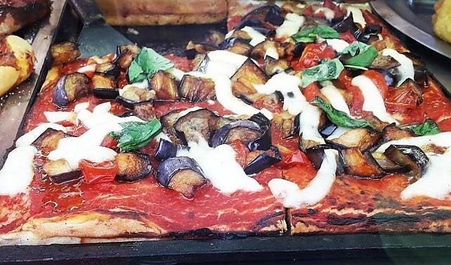 Non di sola tonda vive Napoli: ecco le migliori pizze al taglio (sì, esistono davvero...)