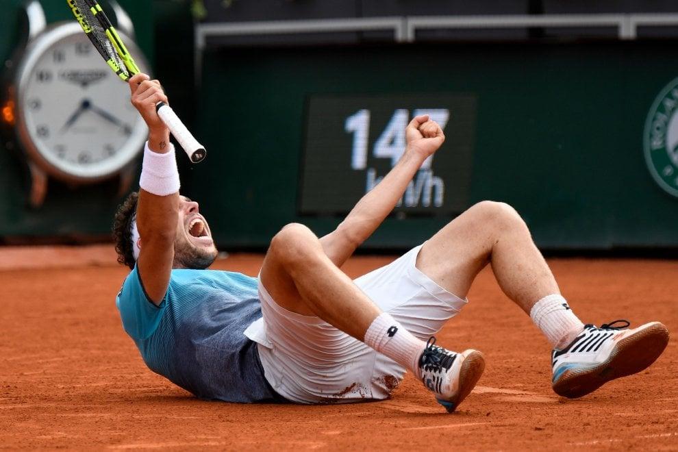 Tennis, Roland Garros: Cecchinato batte Djokovic e vola in semifinale. L'esultanza del siciliano