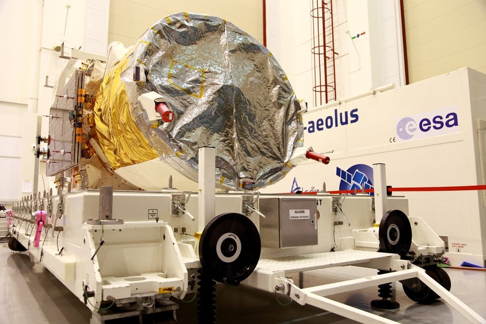 """Nella """"clean room"""" di Aeolus, il satellite Esa che studierà i venti"""