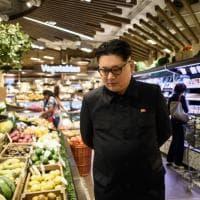 C'è Kim Jong-un al banco della verdura: con il sosia il vertice di Singapore è tutto da ridere