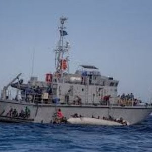 Migranti, Malta rifiuta soccorso a nave ong: l'Italia interviene e 'dirotta' un mercatile