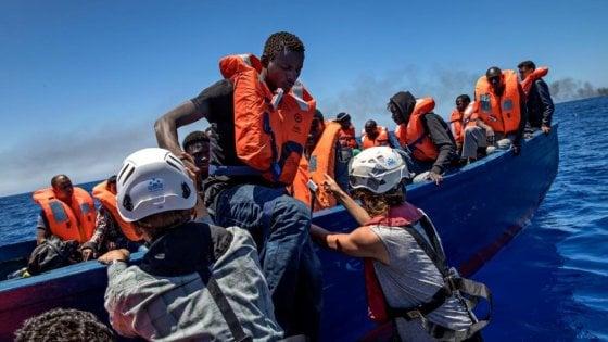 """Migranti, la Sea Watch verso Reggio Calabria: primo sbarco dell'era Salvini. Il ministro attacca: """"No alle Ong che fanno da taxi"""""""