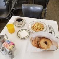 La sua colazione preferita e una sedia vuota: l'omaggio di un ristorante di New York ad Anthony Bourdain