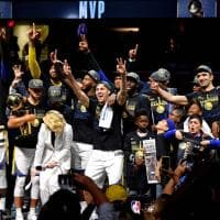 Basket, Nba: poker di Golden State a Cleveland. La festa dei campioni