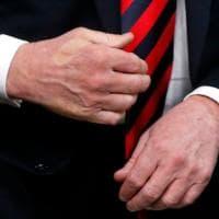 G7, stretta di mano Trump-Macron: il presidente francese lascia il segno