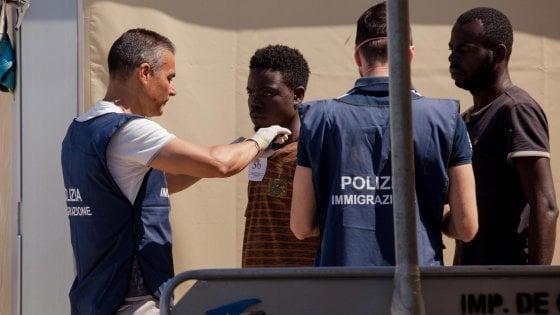 Migranti, sbarco della Sea Watch a Reggio Calabria: i giornalisti obbligati a consegnare alla polizia i file video del salvataggio in mare