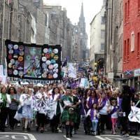 Gran Bretagna, fiumi colorati per celebrare i 100 anni di diritto di voto alle donne