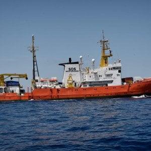 """Salvini e i migranti: """"Salvare vite è un dovere, l'Italia però non può essere un campo profughi"""""""