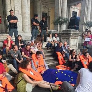 """Roma, presidio contro i porti chiusi: """"Questi disperati hanno già subito troppa violenza"""""""