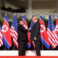 La storica stretta di mano Trump-Kim Jong-un