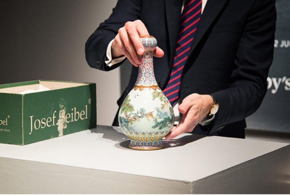 Parigi, vaso cinese venduto all'asta per 16,2 milioni di euro. Era dimenticato in soffitta in una scatola da scarpe