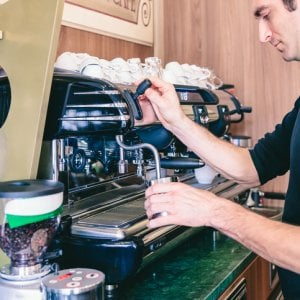 Oltre 5 milioni di italiani fanno colazione al bar. E il caffè resiste: costa ancora 1 euro