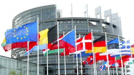 L'Europarlamento dichiara guerra alle bottiglie di plastica