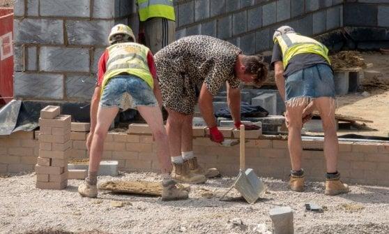Gran Bretagna, la protesta degli operai che vogliono lavorare in pantaloncini