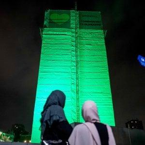 """Un anno dopo Londra piange i morti della Grenfell tower: """"Vogliamo giustizia"""""""