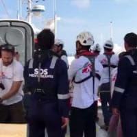 Aquarius in difficoltà, costretta a cambiare rotta: il viaggio dei migranti verso Valencia è un'odissea