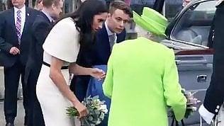 La regina e Meghan sole per la prima volta: addio protocollo