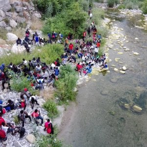 """Ventimiglia, la denuncia di Oxfam: """"La polizia francese taglia le scarpe ai bambini migranti"""""""