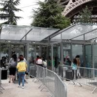 Via il metallo, arrivano i vetri antiproiettile: la Torre Eiffel vara le nuove protezioni